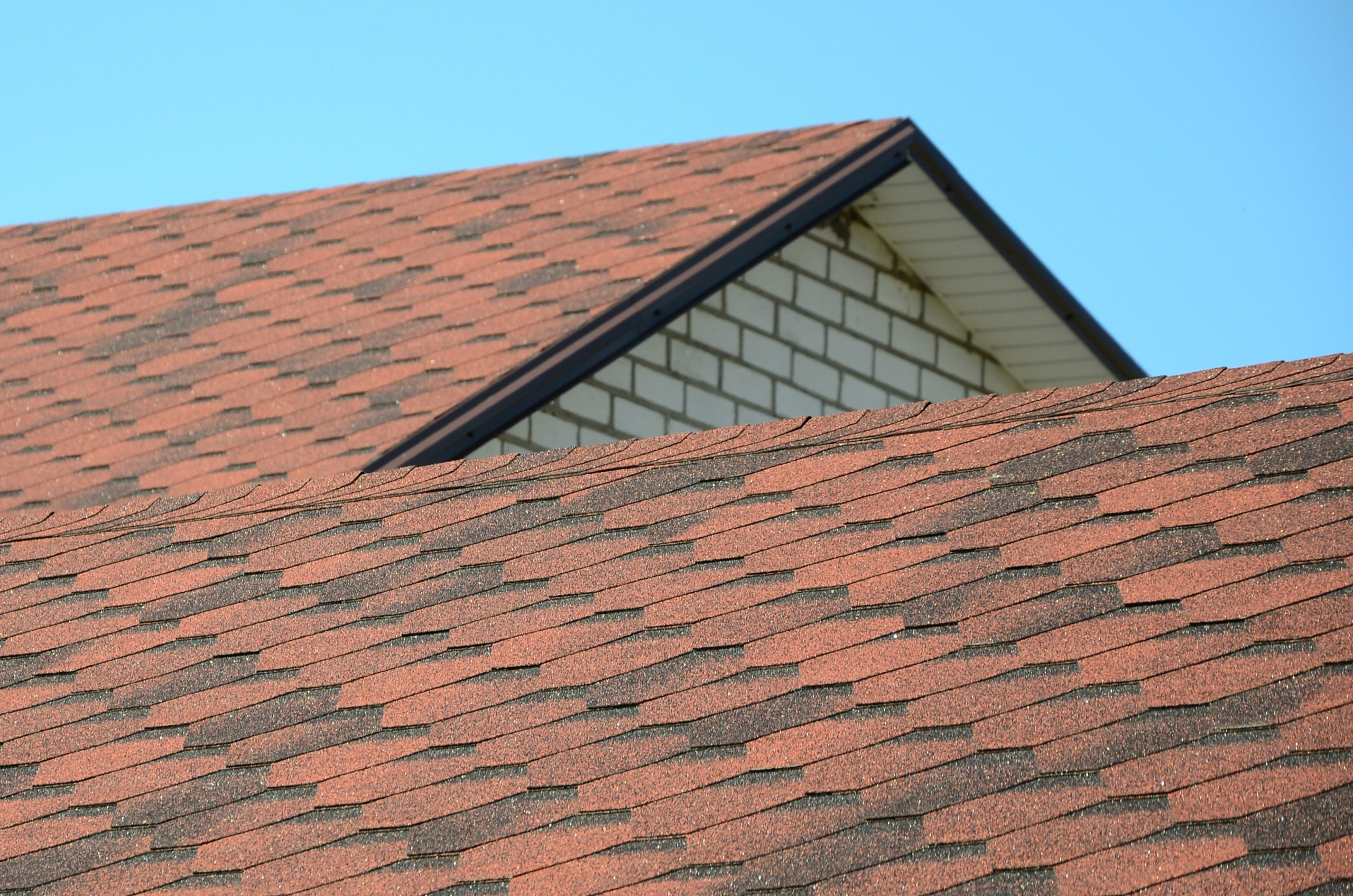 RainTech Roofing - The roof is covered with bituminous shingles of brown color. Qua